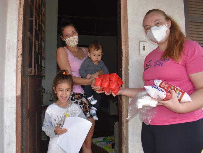 Famílias cadastradas em programas sociais recebem ninhos de Páscoa, em Estrela